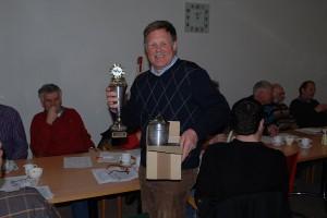 Herr Visser,einer der sehr guten Züchter des FHC ,nimmt Ehrung und Pokale in Empfang.In Sumar werden die erfolgreichen Züchter des Zuchtjahres ausgezeichnet.