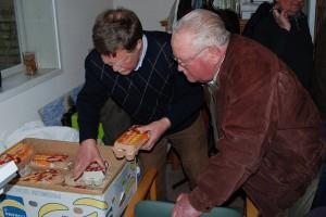Josef Sager in Sumar bei der Bruteierausgabe von Herrn Visser